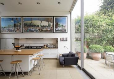 大面积落地窗的现代玻璃房